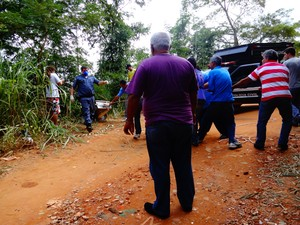 Corpo do taxista foi retirado do local com o auxílio de duas cordas (Foto: Priscilla Alves/ G1)