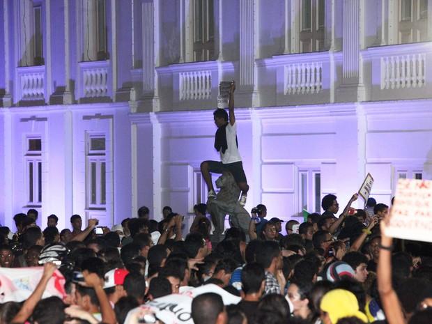 Manifestante fura bloqueio e senta em cima de monumento que dá nome à sede do Governo do Estado (palácio dos Leões)  (Foto: Douglas Júnior/O Estado)