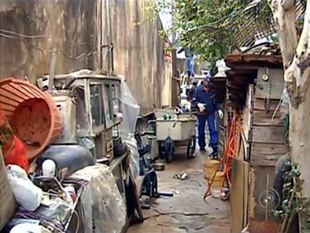 Funcionários retiraram mais de 12 toneladas de lixo de casa (Foto: Reprodução/TV Tem)