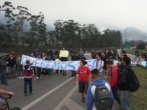 Manifestantes fecham rodovia Cônego Domênico Rangoni (Foto: Nivaldo Tomazini / TV Tribuna)