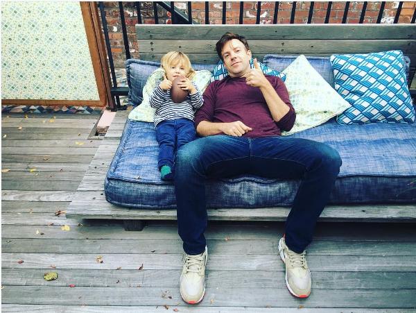 O ator Jason Sudeikis e seu filho de dois anos com a atriz Olivia Wilde (Foto: Instagram)