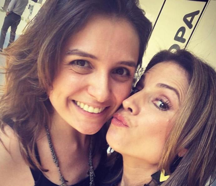 Monica Iozzi posa ao lado de Maíra Charken nos bastidores do 'Vídeo Show' (Foto: Arquivo pessoal)