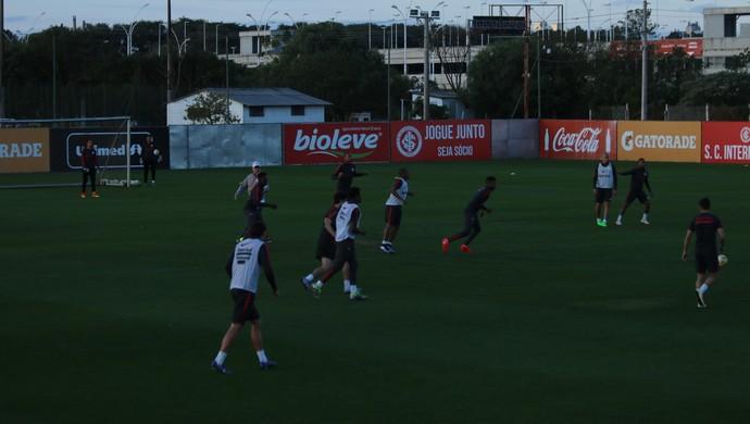 Falcão orienta o time do Inter (Foto: Tomás Hammes / GloboEsporte.com)