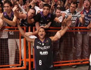 Jason Smith armador Mogi comemora vitória sobre o Limeira pelo NBB (Foto: Cleomar Macedo)