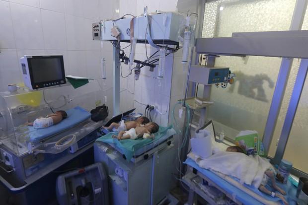 Bebês são vistos em hospital infantil que foi parcialmente danificado por ataques aéreos em julho em Aleppo (Foto: Abdalrhman Ismail/Reuters)