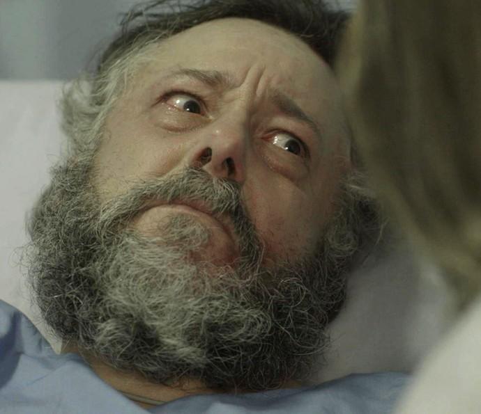Afonso revela à filha que tem poucas chances de sobreviver (Foto: TV Globo)