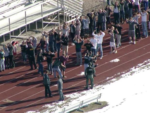Alunos são vistos do lado de fora da Arapahoe High School, nos Estados Unidos, após tiroteio (Foto: AP/KDVR)