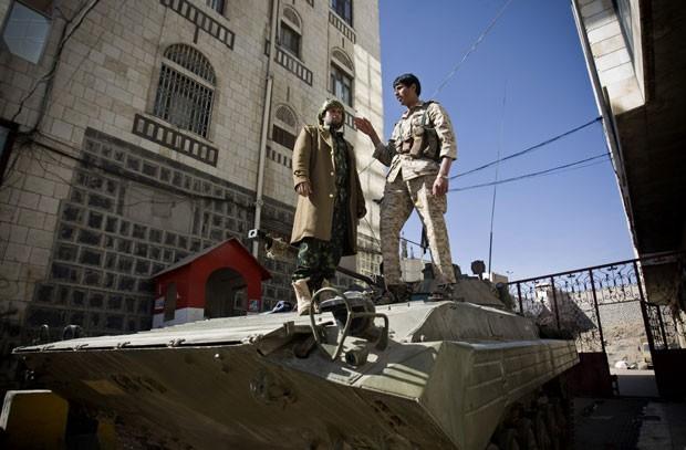 Combatentes houthi são vistos no topo de veículo militar na capital do Iêmen, Sanaa, nesta quinta-feira (22) (Foto: Hani Mohammed/AP)
