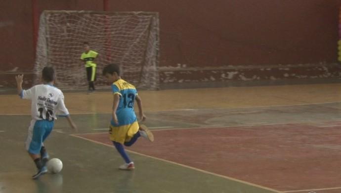 Crianças disputam a Copa CID de Futsal em Cacoal (Foto: Reprodução/ TV Cacoal)
