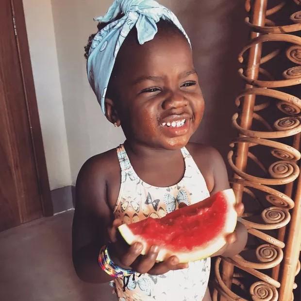 Títi saboreia melancia (Foto: Reprodução/Instagram)