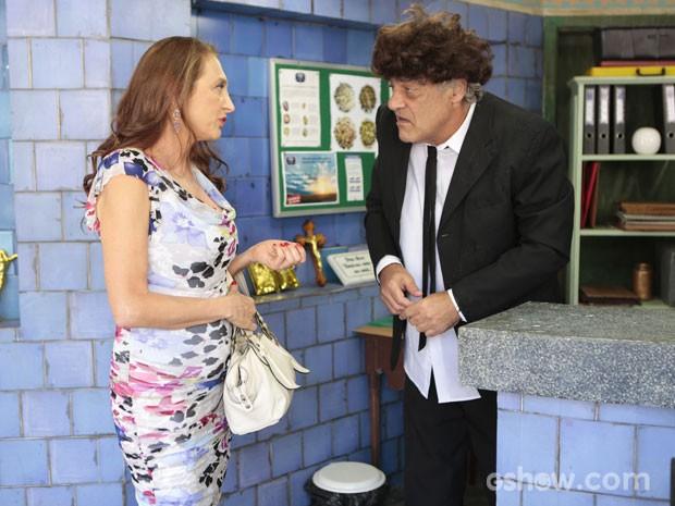 Mulher chega à F.U.I. para contratar o próprio velório (Foto: Felipe Monteiro/TV Globo)