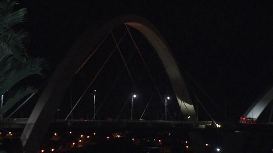 No DF, postes apagados deixam Ponte JK com pouca iluminação