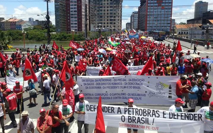 No Recife, a passeata dos manifestantes passa pelo cruzamento da Ponte Duarte Coelho com a Rua do Sol