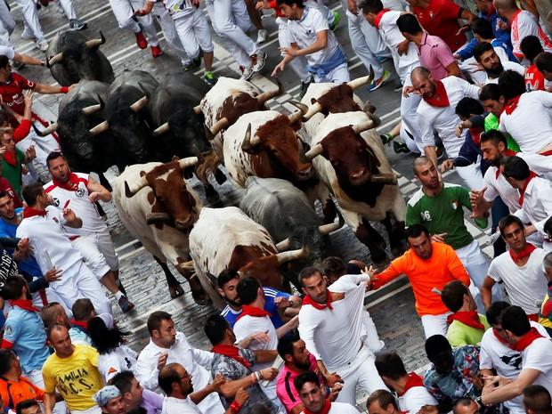 Corredores participam do festival de San Fermin em Pamplona, na Espanha, onde um homem morreu e dois ficaram feridos (Foto: Susana Vera / Reuters)