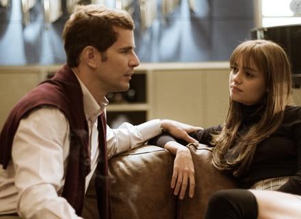 Vitor tenta convencer Alice a se mudar do Brasil