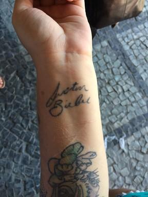 Bianca tatua assinatura de Justin Bieber (Foto: Lucinei Acosta / EGO)