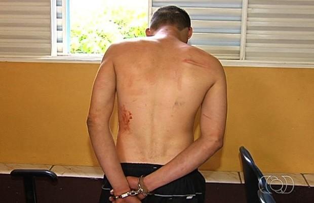 Revoltado, homem saca arma e rouba guarda em unidade de saúde, em Goiás (Foto: Reprodução/TV Anhanguera)