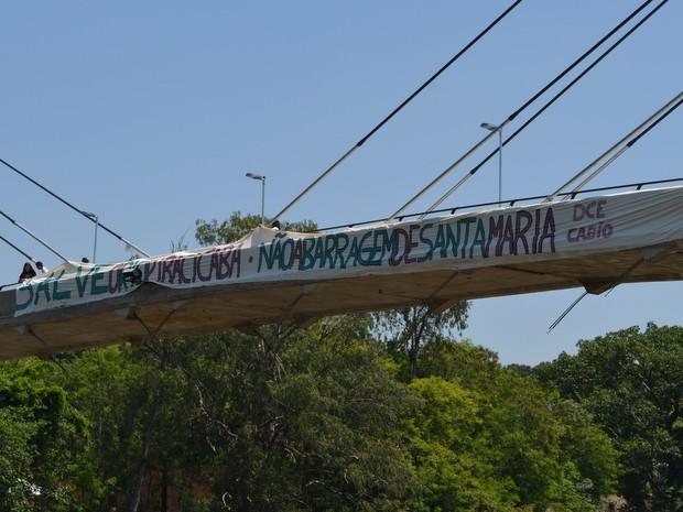 Faixa pendurada na ponte estaiada pede mobilização do público de Piracicaba (Foto: Thomaz Fernandes/G1)