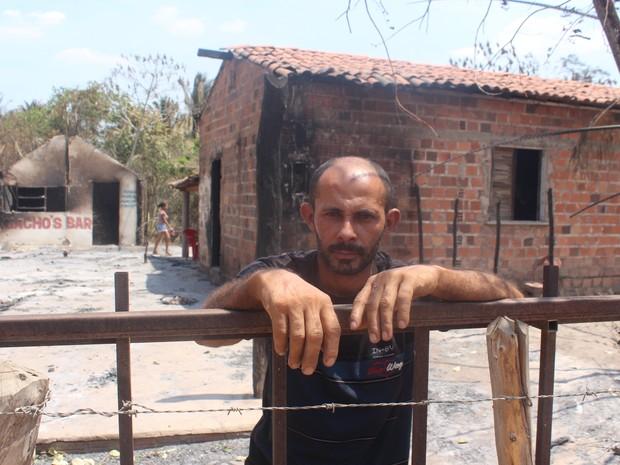 Edson Barbosa perdeu a casa e o bar no incêndio (Foto: Juliana Barros/G1)