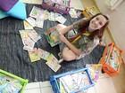 Escoteira doa coleção de gibis para incentivar leitura em escola municipal