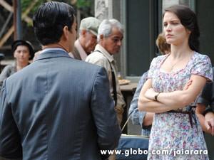 Mundo culpa Manfred pelo desmaio de Amélia e parte para cima dele (Foto: Joia Rara/ TV Globo)