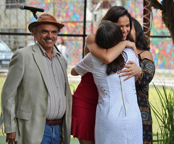 Bruna Marquezine, na pele de Marizete, recebe os convidados na inauguração do restaurante (Foto: Ariane Ducati/Gshow)