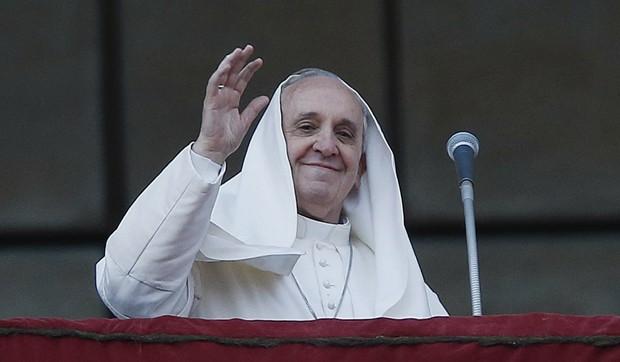 Vento transformou veste do Papa Francisco em 'véu' (Foto: Tony Gentile/Reuters)