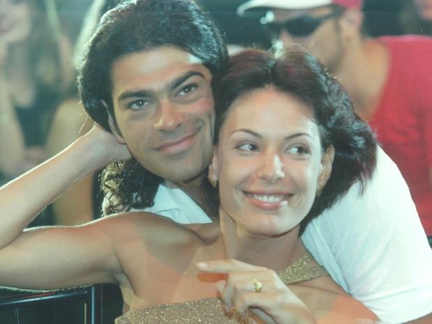 Fernando (Eduardo Moscovis) e Milena (Carolina Ferraz) vivem um romance (Foto: Acervo TV Globo)