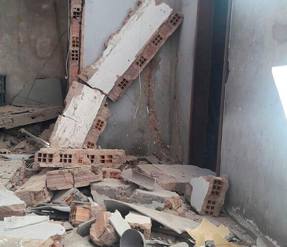 Local ficou destruído após explosão.  (Foto: Vanderson Nascimento/ TV Bahia)