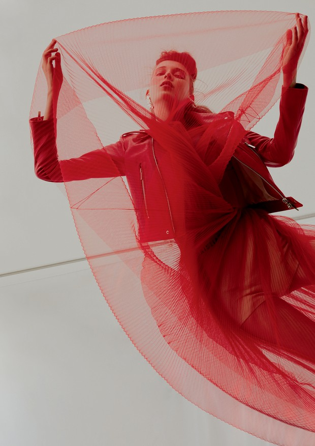 Jaqueta, R$ 18 mil, e vestido, R$ 34 mil, ambos Dior. Brincos, R$ 880, Sonia Vessoni para Central de Designers.  (Foto: Rafael Pavarotti)