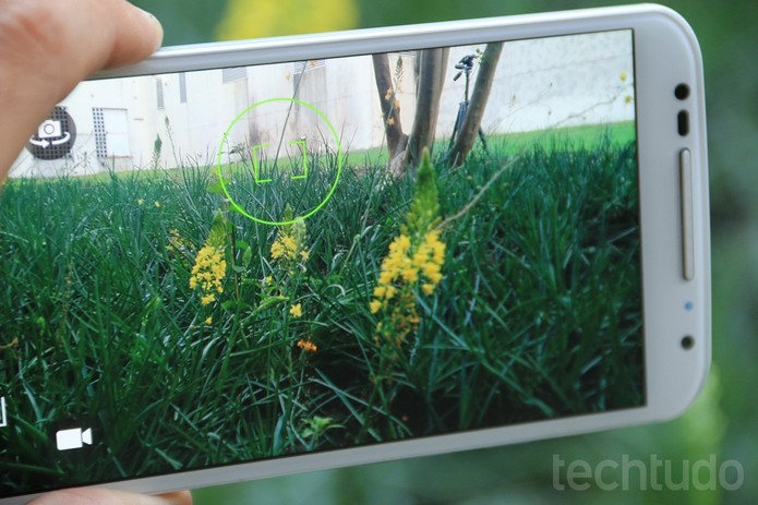 Moto X tem lente traseira com 13 megapixels e oferece 2 megapixels na frontal (Foto: Lucas Mendes/TechTudo)