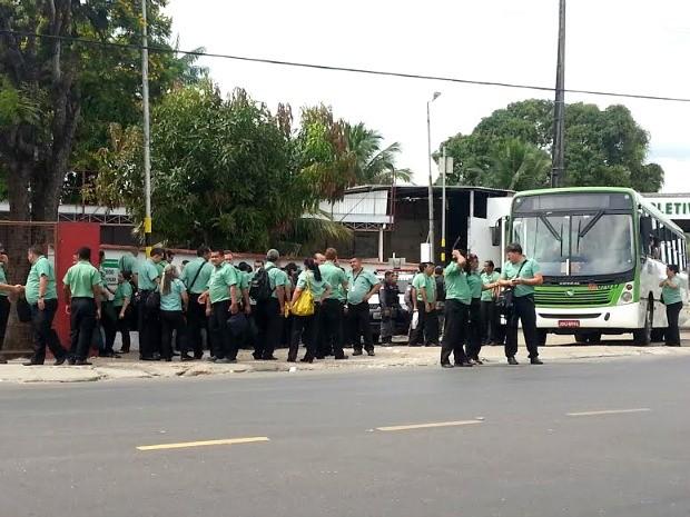 Motoristas da empresa Via Verde , na Zona Oeste de Manaus, aderiram ao movimento (Foto: Girlene Medeiros/G1 AM)