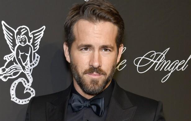 Ryan Reynolds, de 38 anos, tinha 17 quando fez curso de paraquedismo. O ator relata que, quando foi saltar pela 13ª vez, o paraquedas não abriu. Ele teve de abrir o reserva e chegou ileso ao chão. Mas o trauma foi tão grande que ele nunca mais praticou o esporte radical. (Foto: Getty Images)