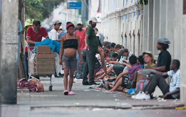 """MOBILIDADE Os """"noias"""", como são conhecidos os usuários de crack, numa rua do bairro dos Campos Elíseos, na região central de São Paulo. Com o esvaziamento da Cracolândia, eles migraram para áreas vizinhas (Foto: Fabio Braga/Folhapress)"""