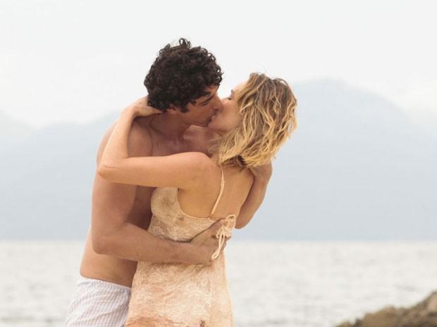 Juliana e Nando se entregam ao amor que sentem um pelo outro (Foto: Guerra dos Sexos/TV Globo)