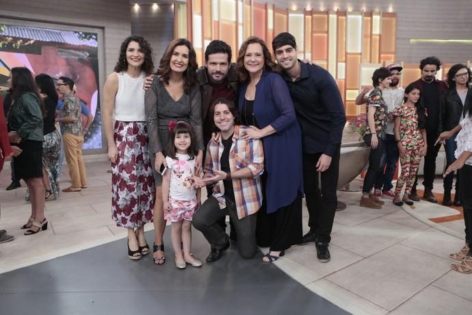 Fátima com a atriz Elizabeth Savala e seus filhos e mais convidados  (Foto: Felipe Monteiro/Gshow)