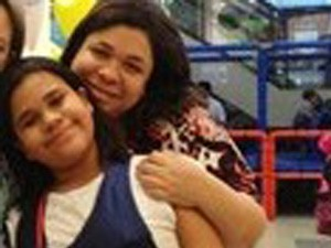 Claudia e a filha Stephany, em Santos (Foto: Clô Macia/Arquivo Pessoal)