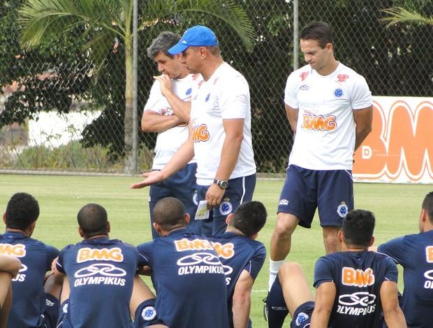 Celso Roth conversa com os jogadores do Cruzeiro (Foto: Marco Antônio Astoni / Globoesporte.com)