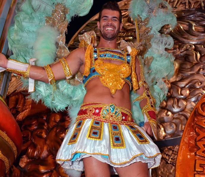 Bruno Miranda se fantasiou de Deus Grego para sair pela União da Ilha (Foto: Rodrigo Mesquita/Divulgação)