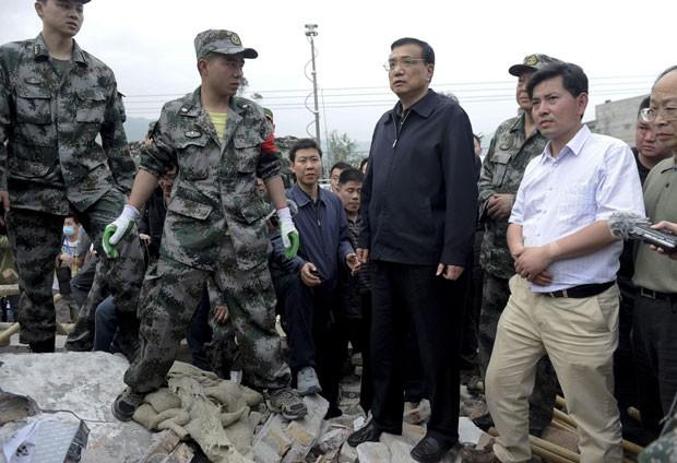 Primeiro-ministro Li Keqiang (centro) visitou a região afetada (Foto: AP)