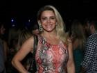 Mari Alexandre usa vestido curtinho para curtir show sertanejo