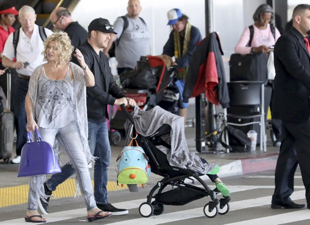 Michael Bublé com a mãe, Amber, e o primogênito, Noah (Foto: The Grosby Group)