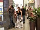 Grávida, Paloma Duarte passeia com Bruno Ferrari em shopping
