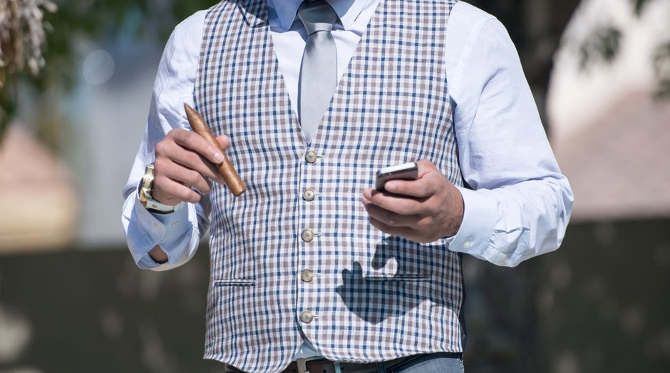 Homem de negocios-charuto-chique-rico-bancos (Foto: Pexels)