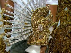 Cabeça da fantasia de imperador romano, com mais de 5 mil cristais (Foto: Wilson Aiello/ EPTV)