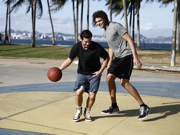 Sidney e Varejão jogam uma partidinha de basquete no Estrelas (Foto: Estrelas/TV Globo)