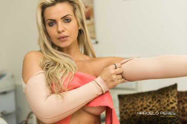 Veridiana Freitas faz tratamento estetico após lipoaspiração (Foto: Marcelo Peres / Divulgação)
