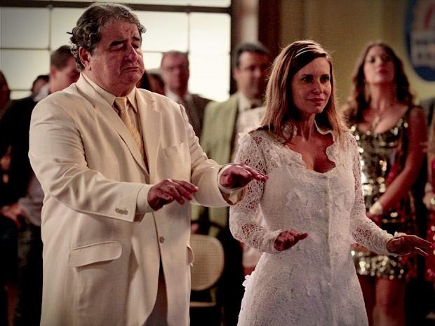 Dolores toda feliz em seu casamento com o modelito recatado  (Foto: Avenida Brasil/TV Globo)