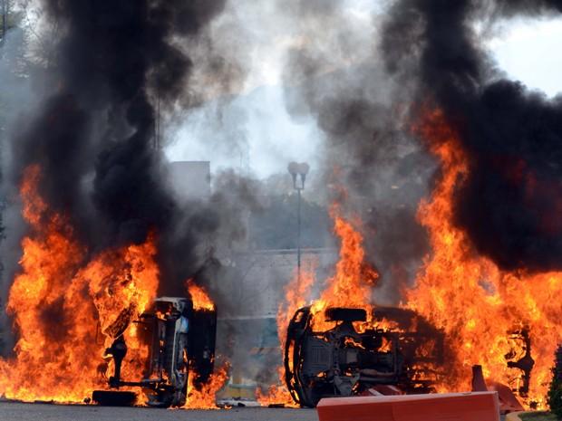Veículos incendiados na entrada da academia de polícia de Guerrero, durante protesto no domingo (14) (Foto: AP Photo/Alejandrino Gonzalez)