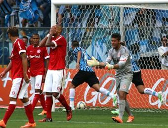 Defesa do Inter lamenta erro em gol do Grêmio (Foto: Diego Guichard)